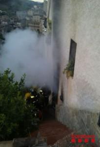Incendi en un habitatge de la Vilella Baixa. Foto: BOMBERS