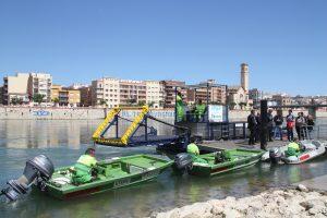 Pla obert de l'embarcació que talla i recull algues del riu Ebre, durant l'acte de presentació institucional a l'embarcador de Tortosa, al riu Ebre, aquest 19 de maig de 2016. (Horitzontal)