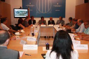 Un moment de la reunió a la delegació del Govern a Tortosa entre el secretari d'Hisenda, Lluís Salvadó; el de Presidència, Joaquim Nin, el director d'Urbanisme, Agustí Serra, i els agents socioeconòmics de les Terres de l'Ebre, aquest 11 de juliol de 2016. (Horitzontal)