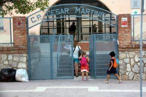 Pla general de l'entrada de l'escola del Pinell de Brai mentre accedien mestres i alumnes en el segon dia de curs. Imatge del 13 de setembre de 2016 (horitzontal)