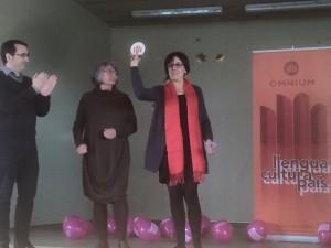 La professora Mercè Ximeno rep el primer premi Neus Gràcia.