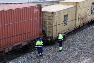 Pla obert de dos operaris al davant del vagó afectat del tren de mercaderies que ha descarrilat a l'estació de Riudecanyes-Botarell. Imatge del 18 de febrer del 2016. (Horitzontal) 4640#Agencia ACN